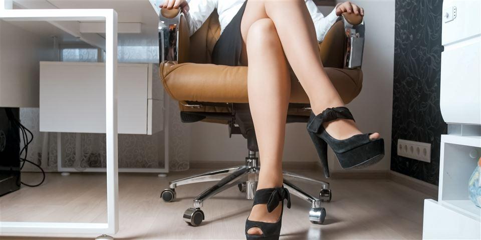 Må chefen sige nej til shorts og nederdel på job? Her er
