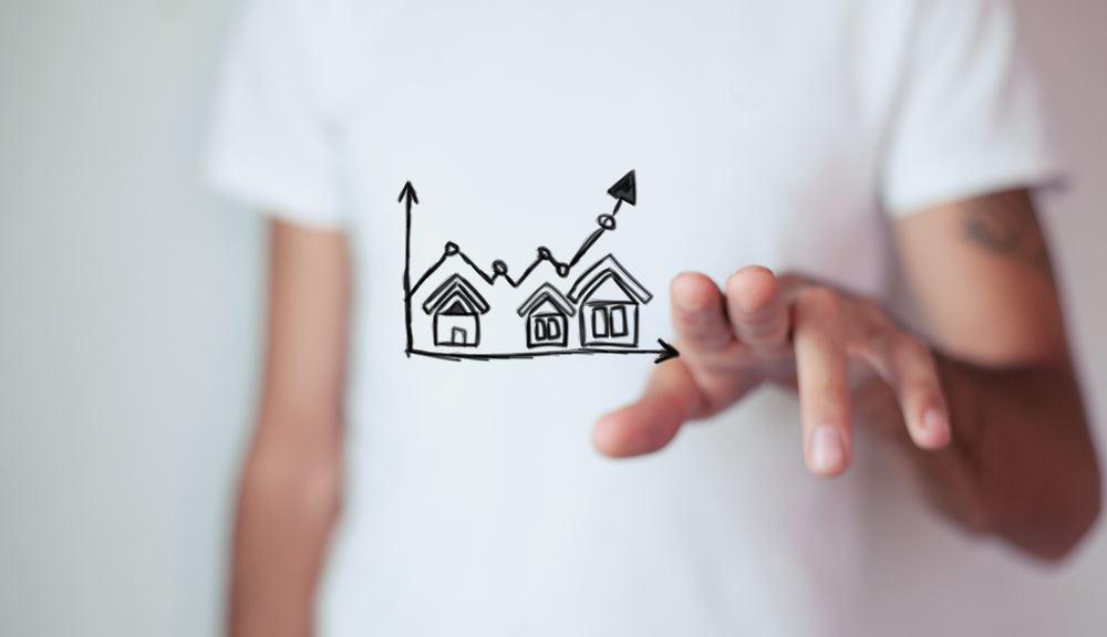 en mand i t-shirt med huse påtrykt