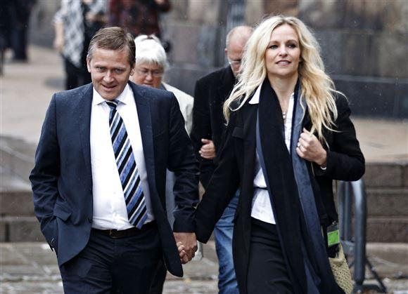 Anders Samuelsen sammen med Susanne Ellermark. De går ved siden af hinanden.