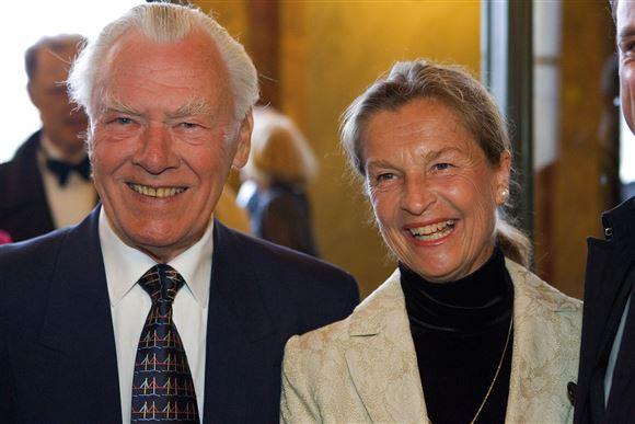 Poul Schlüter sammen med balletdanseren Anne Marie Vessel. De smiler stort.