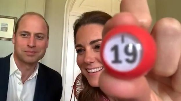William og Kate. Kate holder et Bingo-nummer op for kameraet.
