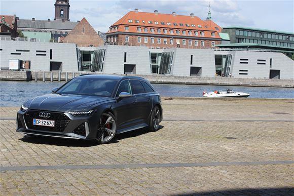 Luksusbil parkeret ved havn