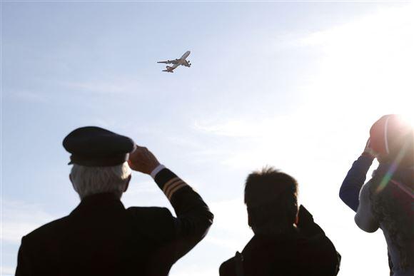 ansatte i flyselskabet Qantas siger farvel til en boeing 747