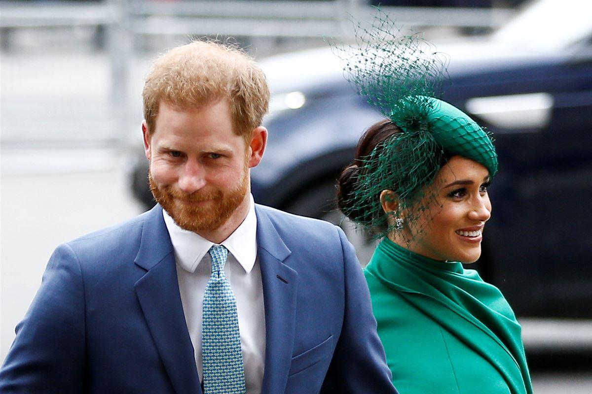 Prins Harry og Meghan i jakkesæt og grøn kjole