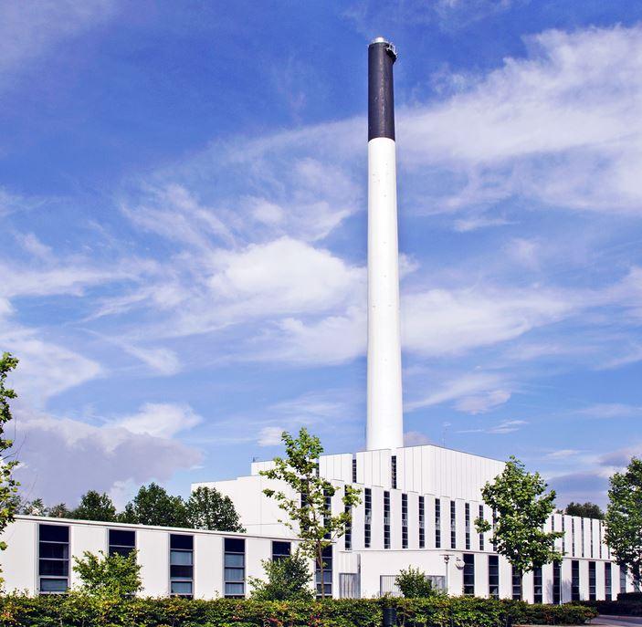 En hvid bygning og en høj hvid skorsten