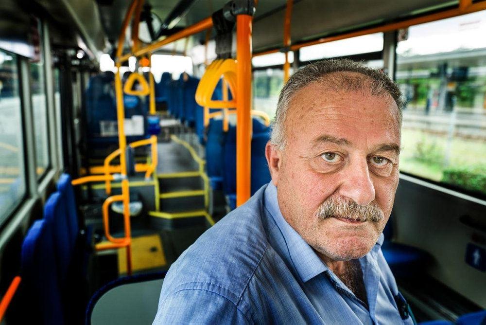 Billede af trist chauffør i bus