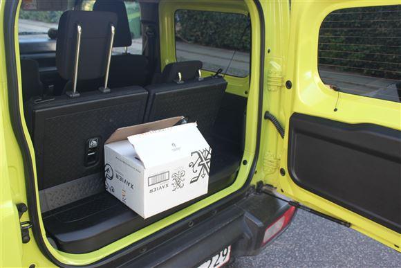 En hvid kasse i bagi en Jimny