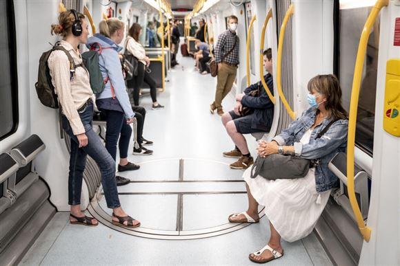 Passager i metrotog - nogle bærer mundbind