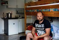 Den coronaramte polske slagteriarbejder Kamil Wotjek sidder i en køjeseng