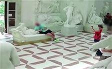 En turist slænger sig på en statue på et museum i Italien