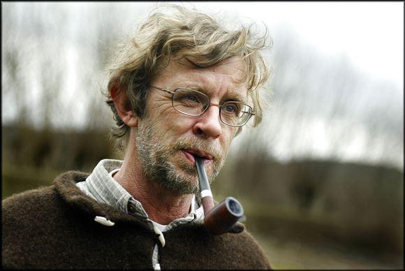 tv-værten Søren Ryge med pibe i munden