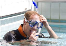 Prins William med dykkermaske og snorkel
