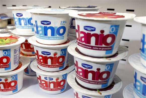 Nogle bægre med petit danone yoghurt