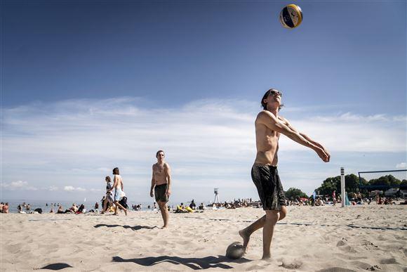 To unge mænd spiller beachvolley.