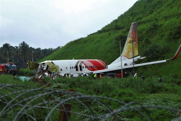 Et forulykket fly som ser ud til at være midt i en skov
