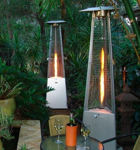 To terrassevarmere stående blandt mange grønne planter