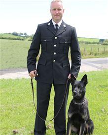 En politimand og hans sorte schæferhund Max