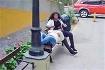billede fra google streetview af kvinde og mand på en bænk i Lima