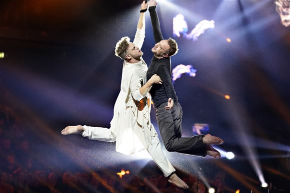 Danseren Silas Holst og skuespilleren Jakob Fauerby på dansegulvet i Vild med Dans