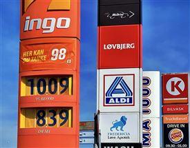 skilte med benzinpriser på tankstation