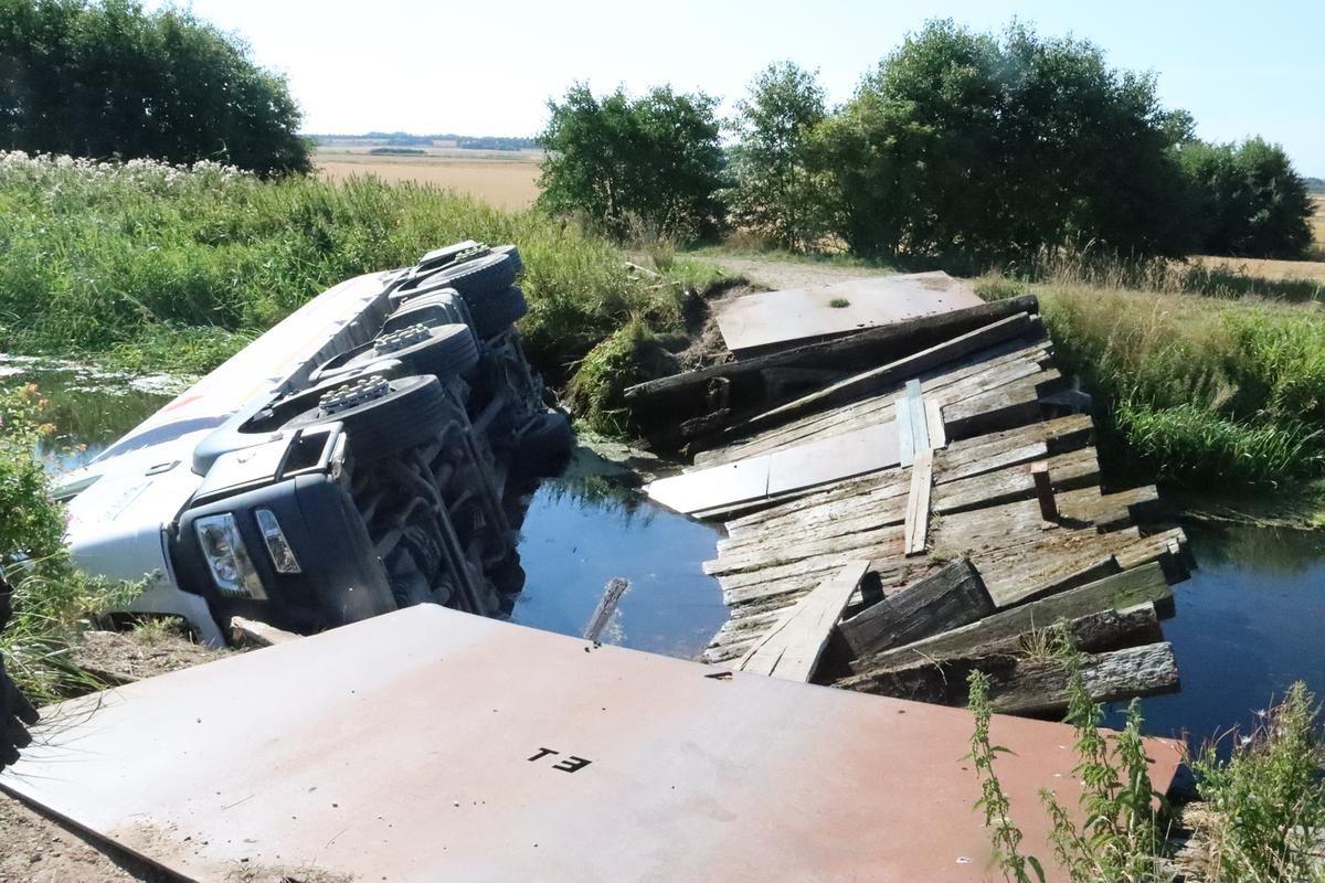 En lastbil med olie er væltet i en kanal på Djursland