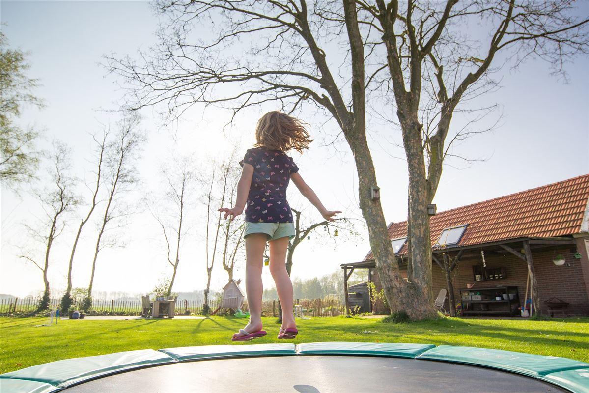 Lille pige hopper på en trampolin