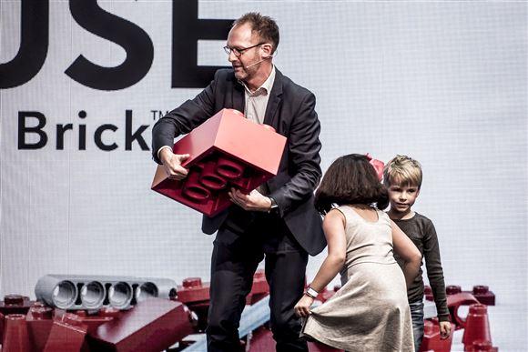 LEGO's tidligere formand Jørgen Vig Knudstorp med en LEGO-klods i overstørrelse.