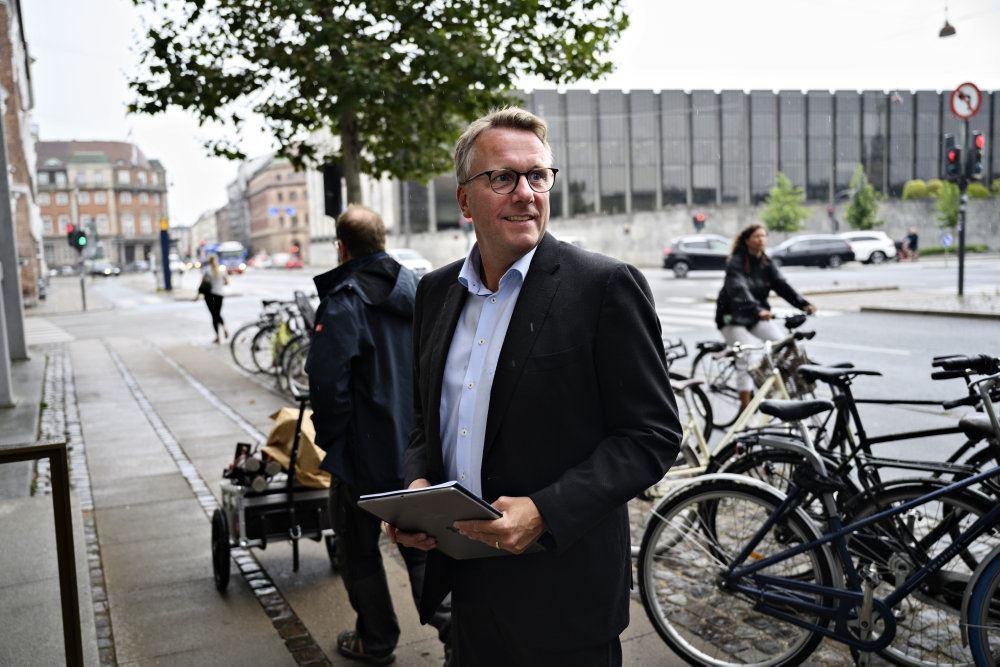 Et billede af Morten Bødskov foran Nationalbanken.