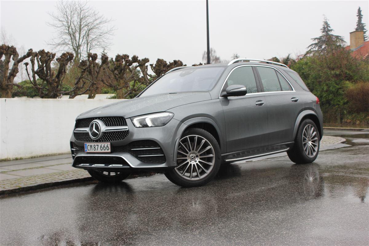 En stor grå Mercedes GLE