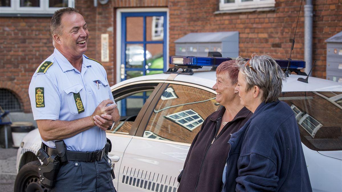 Politibetjent i snak med borgere
