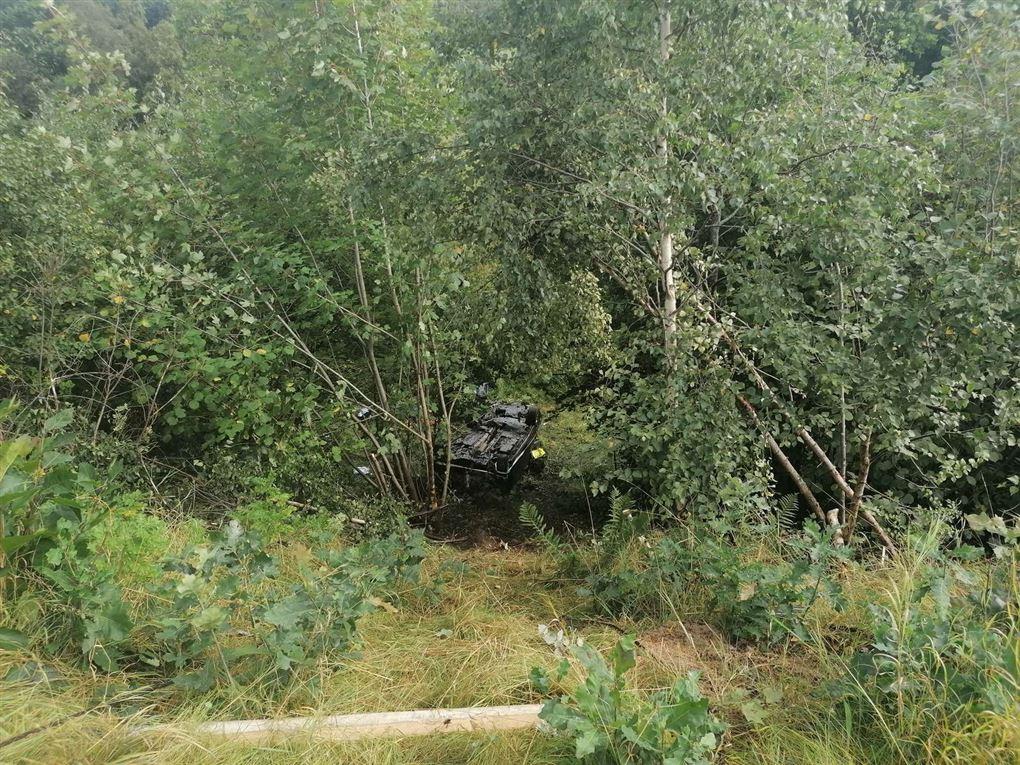 Bilen ligger neden for skrænten
