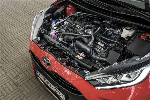 Et kompakt motorrum i en Toyota Yaris.