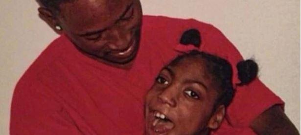 En sort far kigger hengivent på sin datter med rottehaler