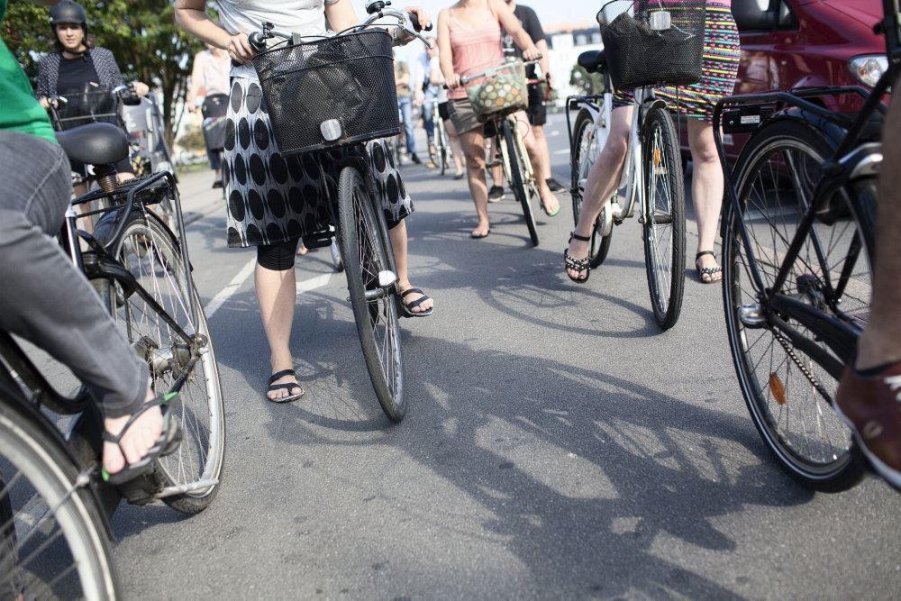 Billede af en masse cyklister bagfra