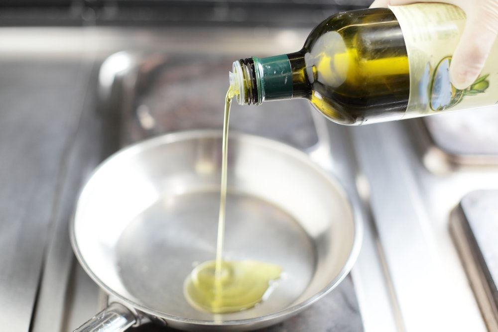 olie hældes på stegepande