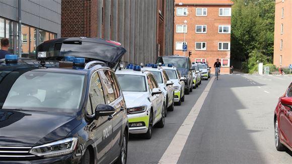 Politibiler på række på gade i Aarhus