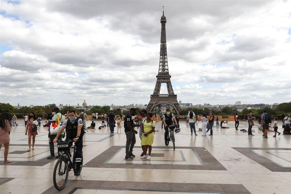 Mennesker på pladsen foran Eifeltårnet i Paris