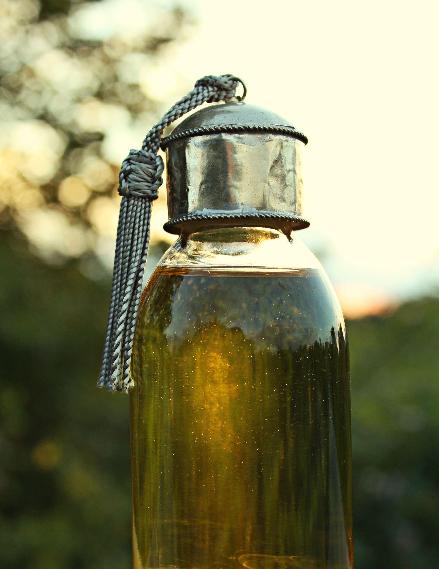 En krukke med olie i solnedgang