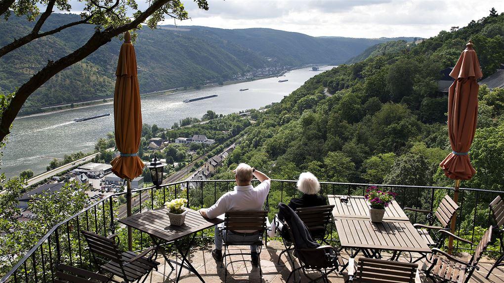 Pensionistpar kigger på Rhinen fra terrasse over Oberwesel