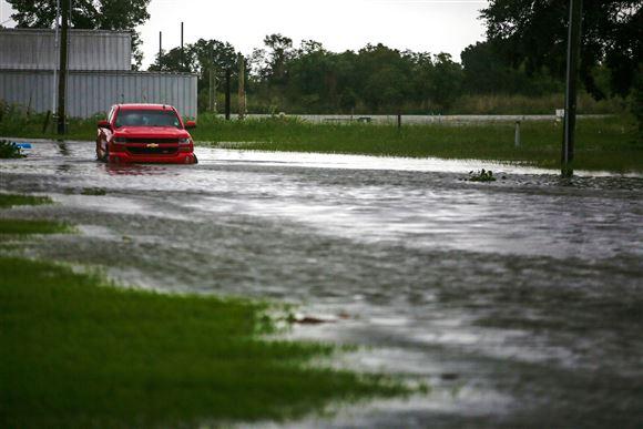 En bil delvist begravet i vand i den amerikanske stat Louisiana