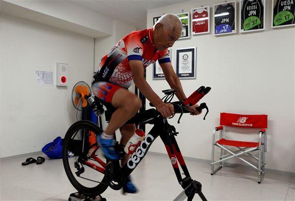 den 87-årige japanske triatlet Hiromo Inada på træningscyklen