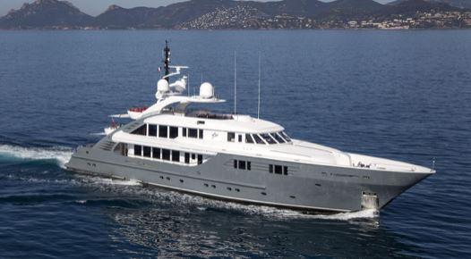 Yacht på hav