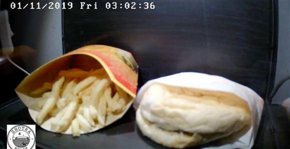 En hamburger og pommesfrites fra 2009 ses liggende i en montre 10 år efter