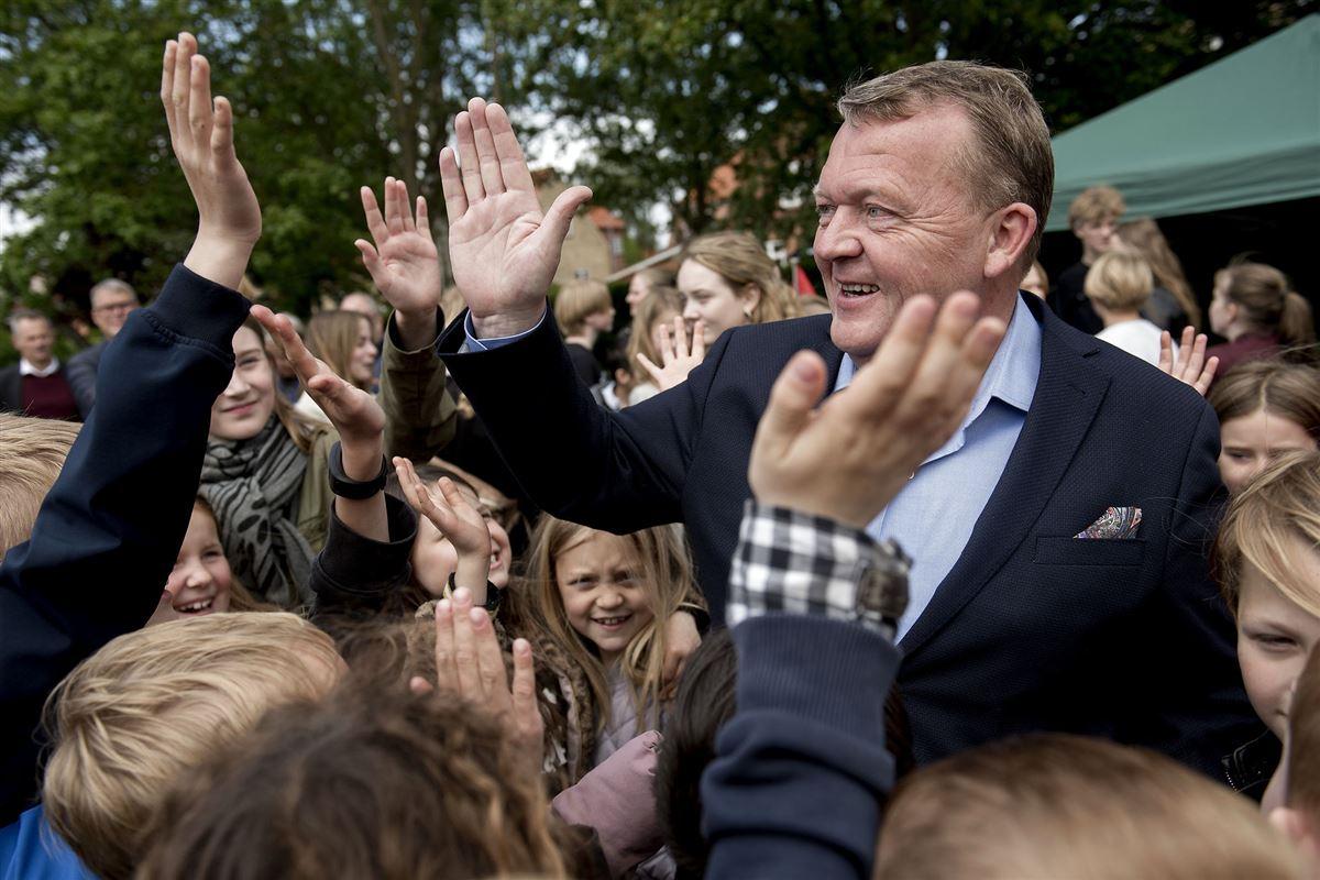 Lars Løkke vinker og hilser på børn