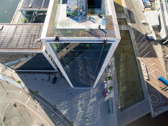 Billede af et højhus fra oven.
