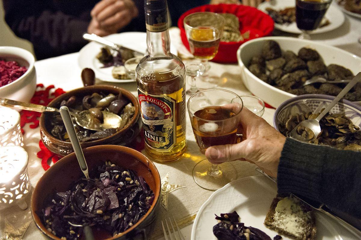 Et billede af et bord med sild, snaps, kartofler og hele julefrokost-udtrækket