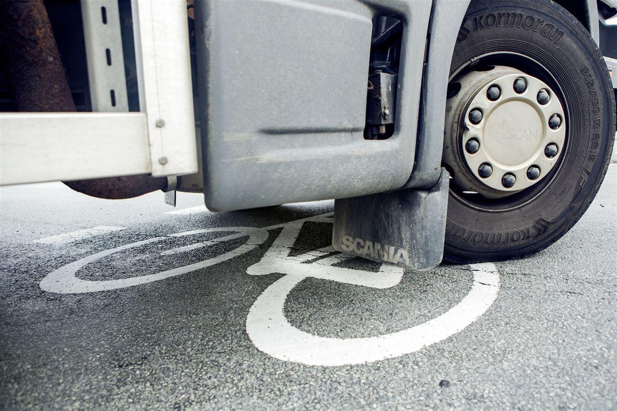 Hjul fra lastbil holder på cykelsti