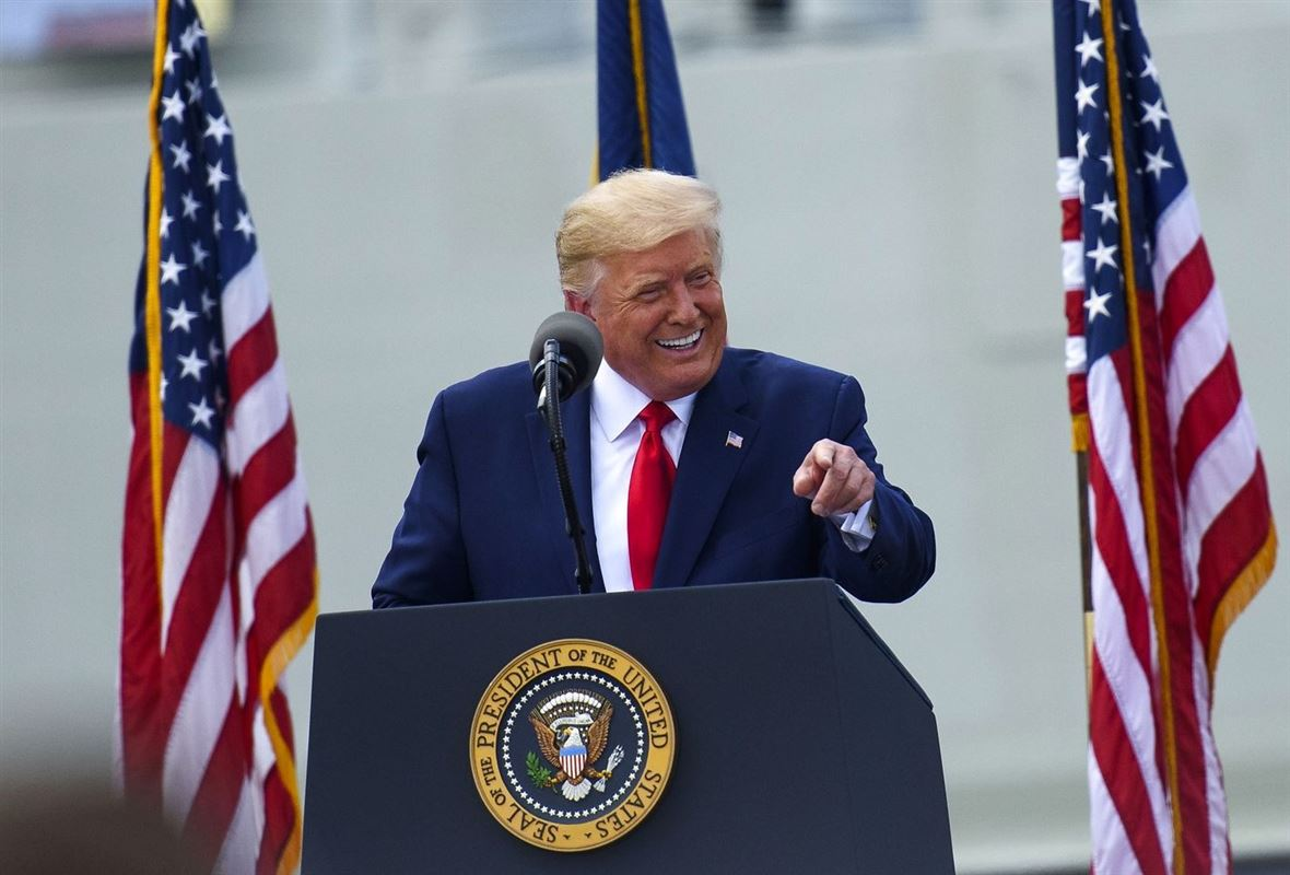 USA's præsident Donald Trump taler til forsamlingen på krigskibet USS North Carolina