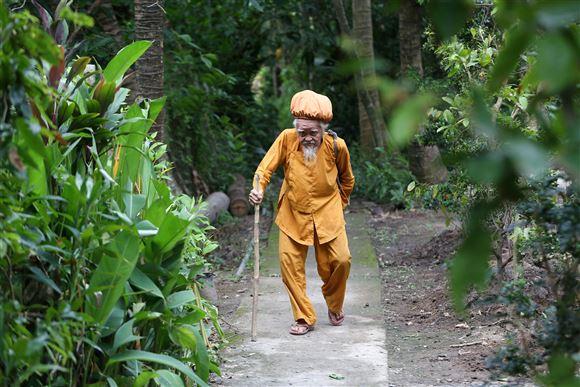 Den 92-årige Nguyen Van Chien går en tur med sit 5 meter lange hår samlet i en form for turban