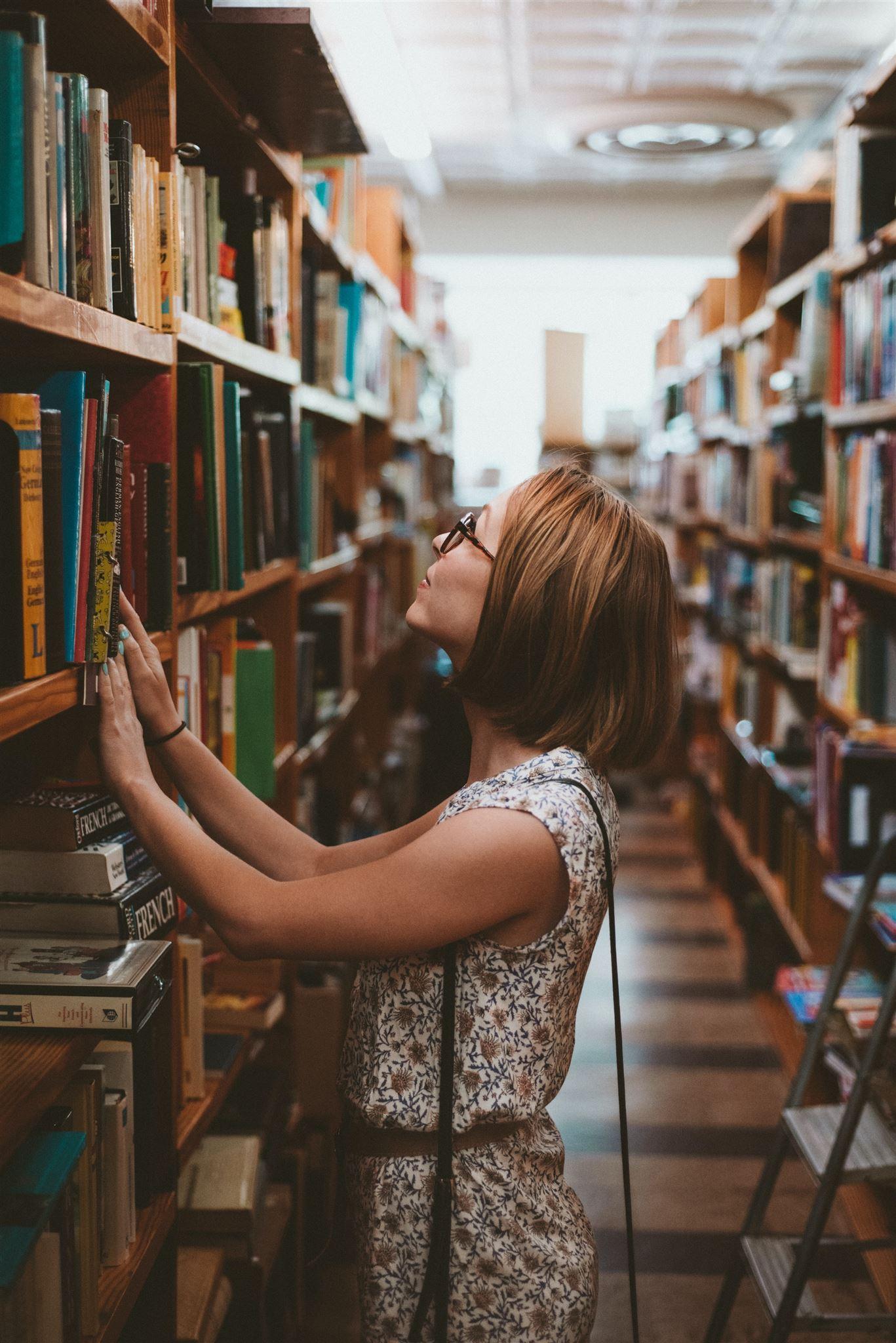 En kvindelig studerende i et universitetsbibliotek